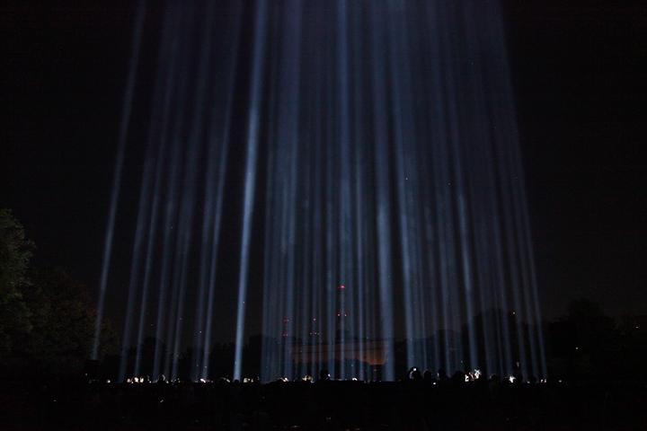 64本の青い光が空に伸びる. 25日. 池田亮司《spectra[nagoya]》