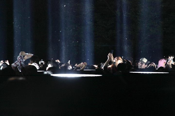 携帯電話やカメラで写真を撮る入場者も. 25日. 池田亮司《spectra[nagoya]》