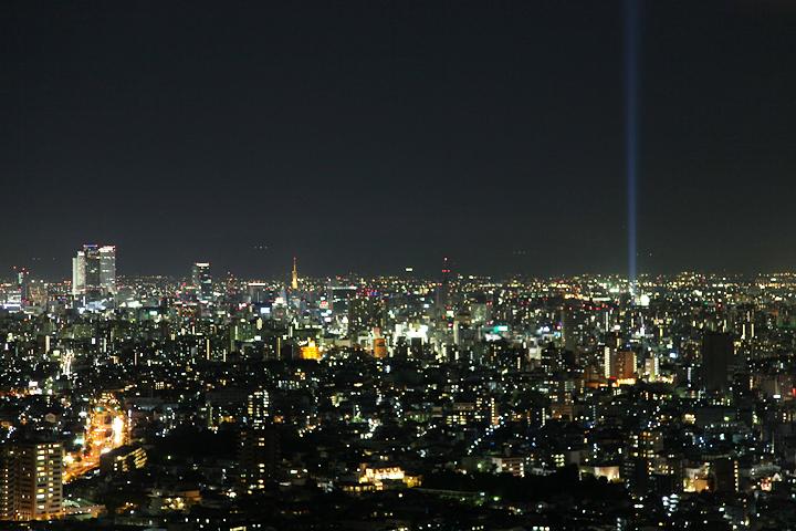 東山スカイタワーから見たスペクトラナゴヤ. 25日. 池田亮司《spectra[nagoya]》