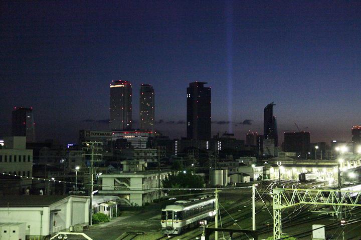朝焼けのスペクトラナゴヤ. 黄金跨線橋から. 25日. 池田亮司《spectra[nagoya]》