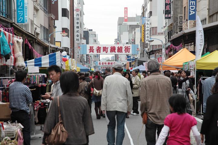 道の両側にお店が並び多くの人で賑わう