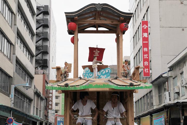 2010年の長者町ゑびす祭りで披露された「かたい山車」。山車上部では、長者町でかつて見られたであろう自転車での荷物配達を再現したからくり人形が上演された