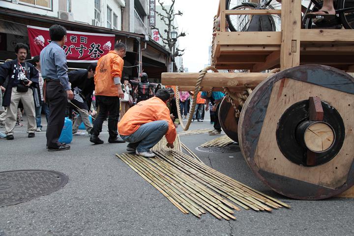 竹を敷き詰めたら滑りをよくするために水をまく