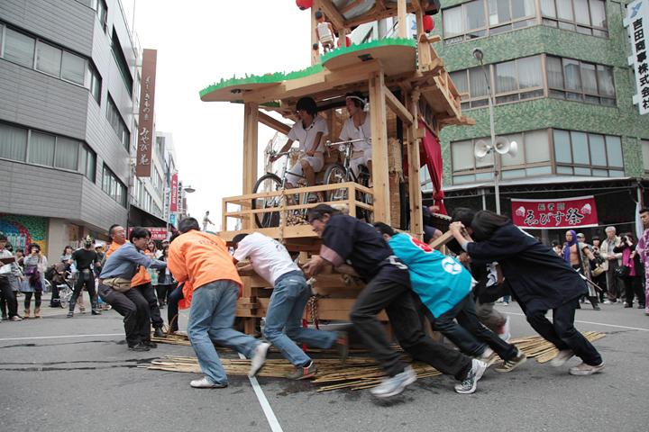 長者町の若手らが中心となって山車を曳き回した