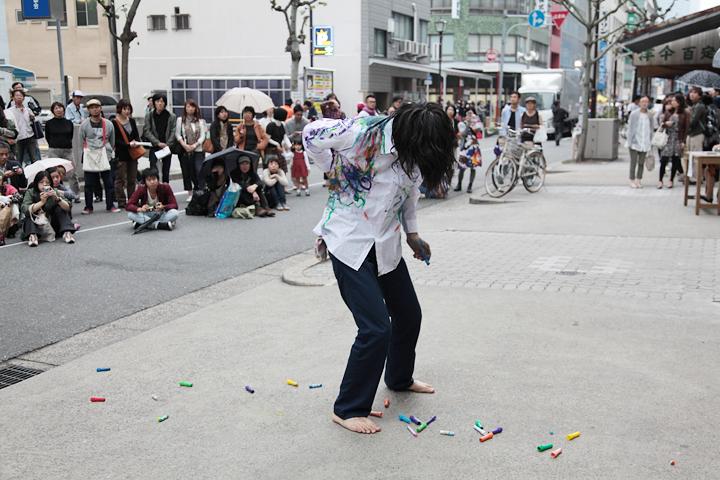 村田峰紀のパフォーマンスに見入る観客