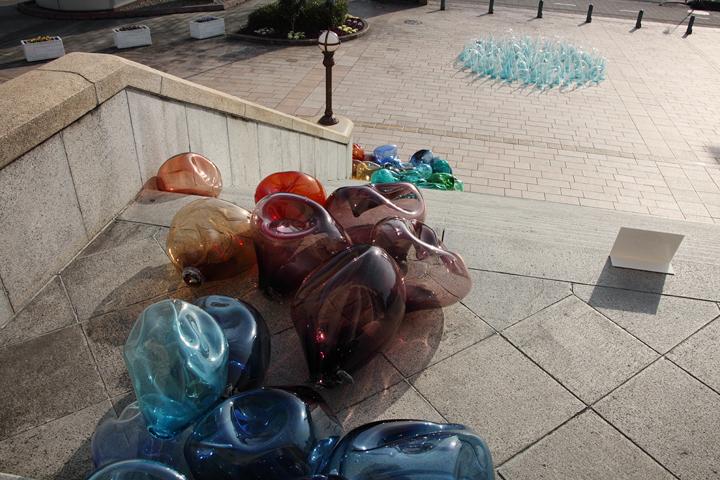 増田洋美の『PLAY THE GLASS soave -かげろう』『PLAY THE GLASS allegramente -楽しく』豊橋市公会堂前広場 1月17日(火)〜2月19日(日)