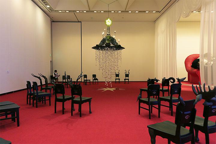 中央:ヤノベケンジ《ファンタスマゴリア》2007, 椅子:ヤノベケンジ《チャーチ・チェア》2013