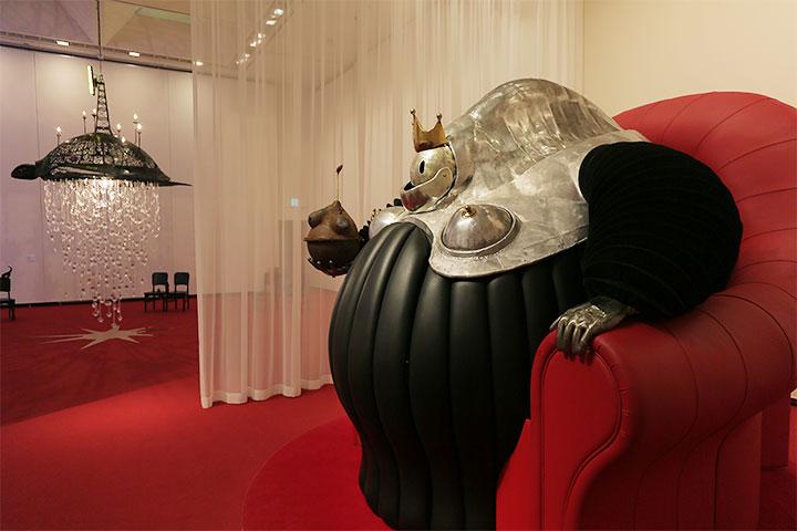 左:ヤノベケンジ《ファンタスマゴリア》2007,右:ヤノベケンジ《クイーン・マンマ》2002