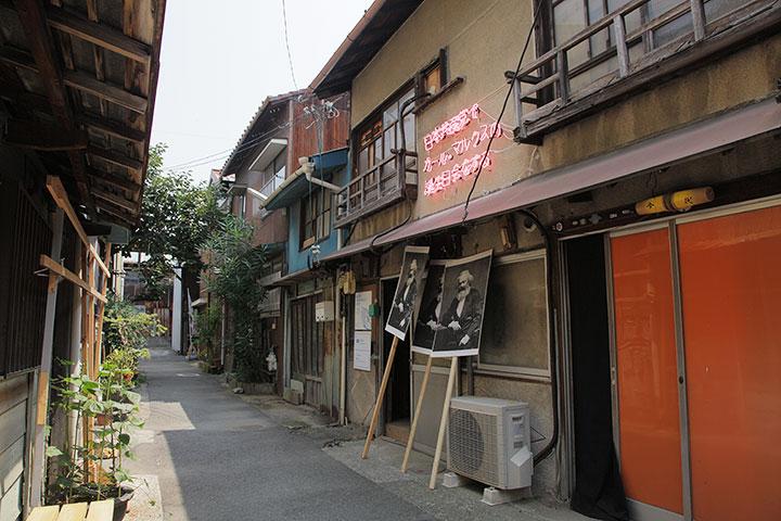 通路右側が丹羽良徳《日本共産党でカール・マルクスの誕生会をする》の展示場所