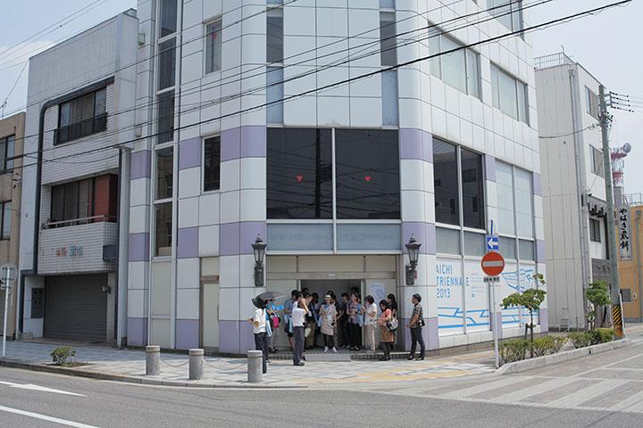 平川祐樹さんの作品が展示されている旧連尺ショールーム