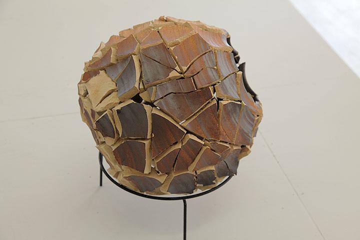 アリエル・シュレジンガー《Untitled (Inside out urns)》