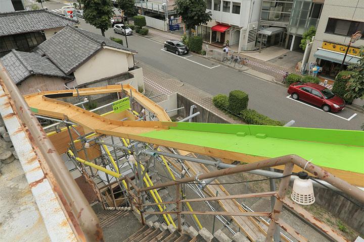 カメラを装着したラジコンカーを走らせるため、建物を取り囲むように木製レーンが取り付けられた