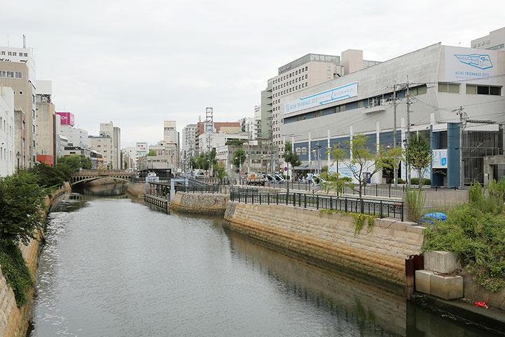 堀川と納屋橋と納屋橋会場(東陽倉庫テナントビル)