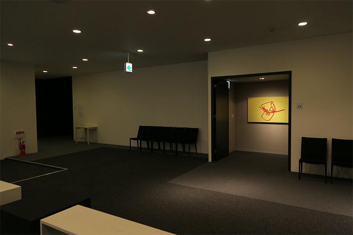 黄色の絵は新美泰史《犬シリーズ 5(黄)》