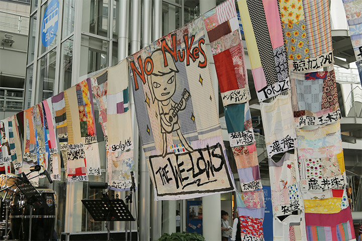 奈良美智さんのイラストが描かれたのぼり旗も