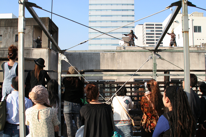 CAKRA DANCE COMPANY ビル屋上でダンス
