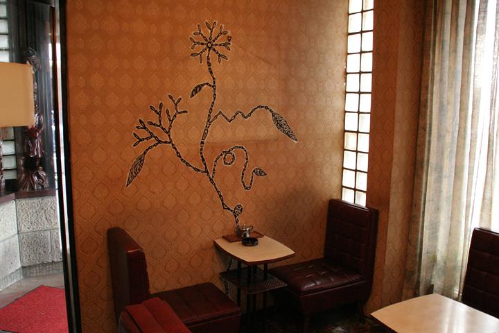長者町にある喫茶クラウンでは店内壁面にアーティスト淺井裕介氏によるテープを使った作品が展示された