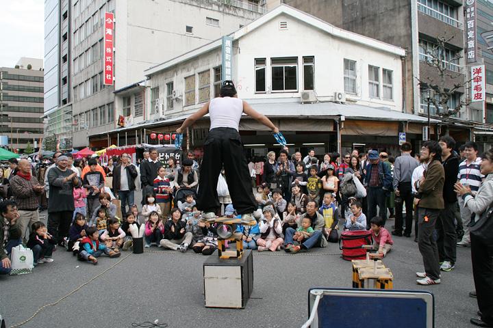 ゑびす祭恒例の大道芸も多くの人を集め、祭を盛り上げた