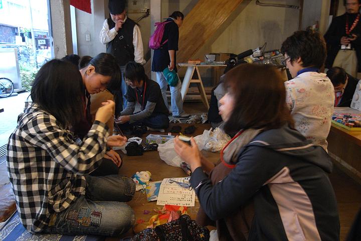 ワークショップでは参加者が山車に乗せる人形を制作した