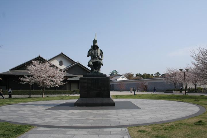名古屋能楽堂と加藤清正像