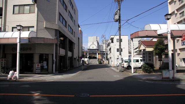 現在の風景 手前の本町通越しに西別院の本堂が見える