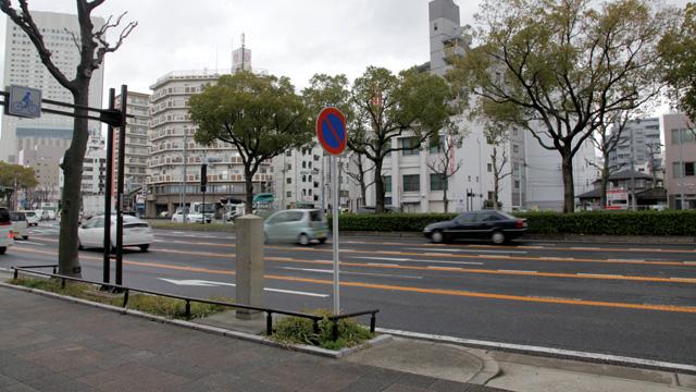 現在の風景 国道19号線(伏見通)の一部となった本町通と一の鳥居跡碑。