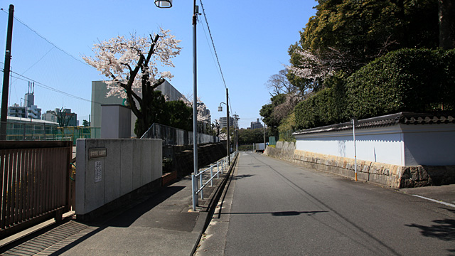 現在の風景 法持寺は、写真左の宮中学校にあったが現在地(写真右)に移転。