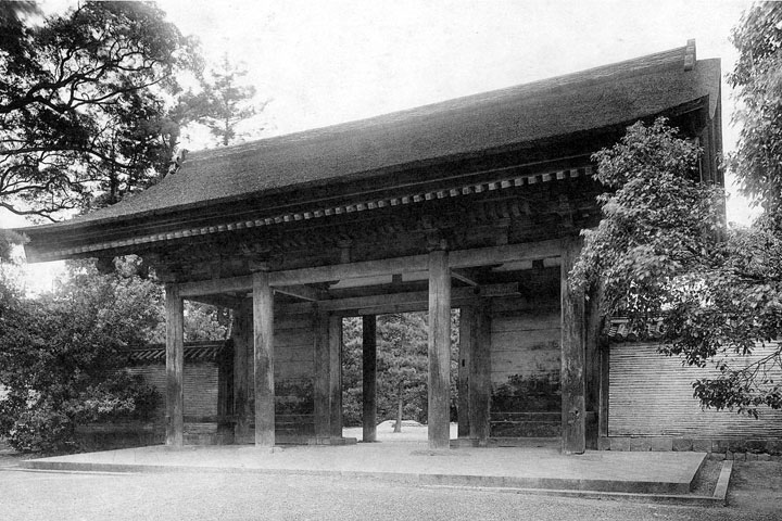 焼失前の信長塀と門
