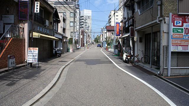 現在の風景 写真中央の東海道を進んだ突き当たりに源太夫社と高札場があった。