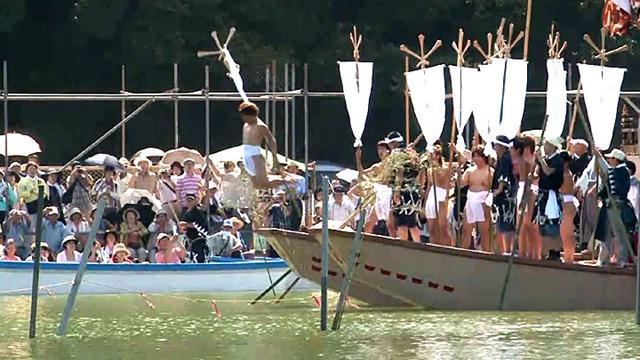 布鉾を持った10人は天王川へと 次々に飛び込む