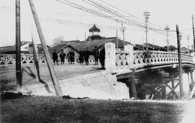 木橋時代の納屋橋(鶴舞中央図書館所蔵の原版をデジタルリマスター)
