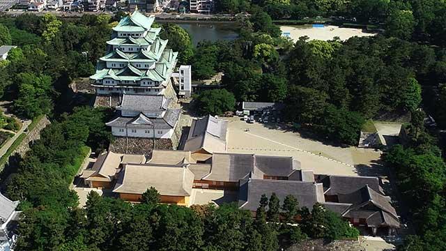 本丸御殿跡の礎石と名古屋城天守閣。