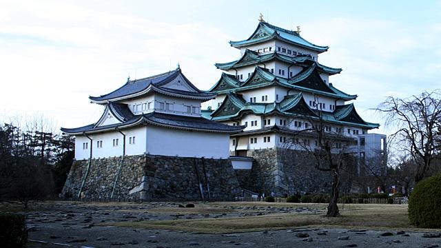 本丸御殿跡の礎石と名古屋城天守閣。現在、昭和20年の戦災で焼失した名古屋城本丸御殿の再建が進行中です