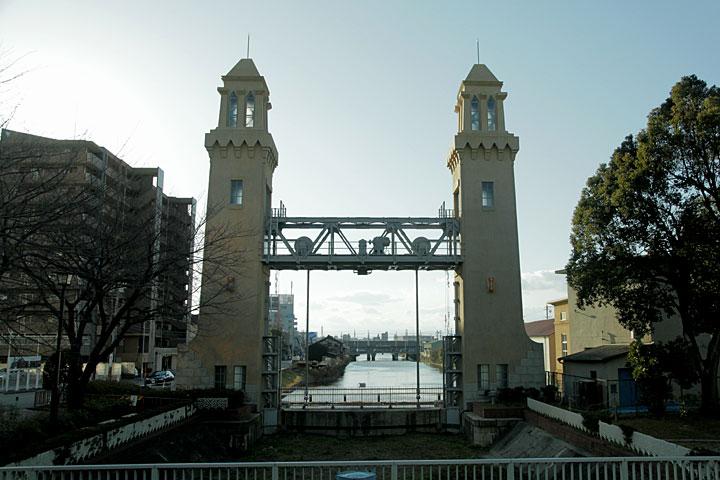 西日置橋から見た松重閘門