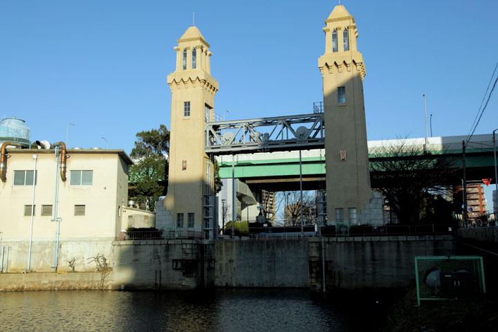 堀川側から見た西日置橋、松重閘門
