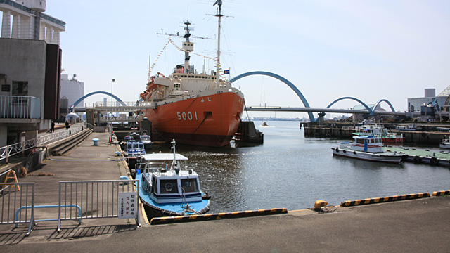 現在の風景 ふ頭に係留されているのは、二代目南極観測船「ふじ」。