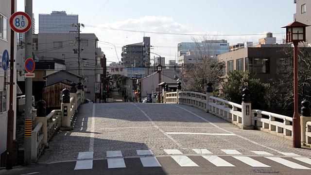 現在の五条橋 円頓寺商店街のアーケードが見える