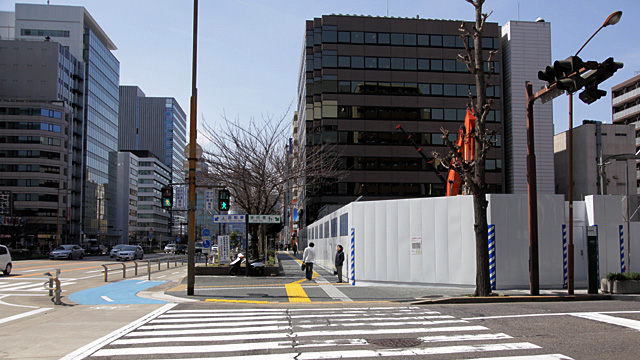 現在の風景 右手工事中の場所あたりに瀧兵商店があった。前面道路は本町通