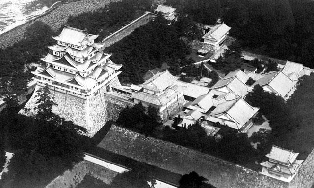 昭和5年(1930)宮内庁の所有であった名古屋離宮が名古屋市に移譲された。名古屋城は国宝に指定され本丸御殿とともに一般公開することが決定された。名古屋城と本丸御殿は太平洋戦争末期の昭和20年(1945)5月空襲を受け焼失。名古屋城は市民の協力で昭和34年(1959)に鉄筋で再建された。 (名古屋市市政資料館所蔵の原版をデジタルリマスター)