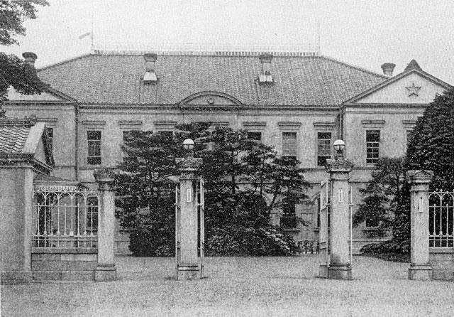 明治6年(1873)に名古屋鎮台が名古屋城内に置かれ、明治 19年(1886)に第三師団と改組され司令部が設置された。師団は6千人から2万人程度の兵員を持ち、師管内にある軍隊を統率し、徴兵、治安出動、軍法会議など軍事に係る事案を所轄した。師団長には中将があてられ、近衛師団、戦車師団、高射師団、飛行師団のほか1~6の師団が置かれた。