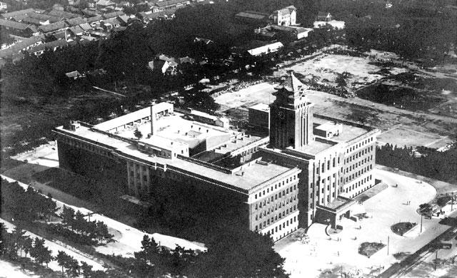 名古屋市の最初の庁舎は、栄町交差点の西南角にあり明治40年(1907)名古屋港開港の年焼失した。その後新栄に移転、昭和8年(1933)高さ53mの中央塔を持つ帝冠様式の新庁舎が中区三の丸の現在地に完成した。 (名古屋市市政資料館所蔵の原版をデジタルリマスター)