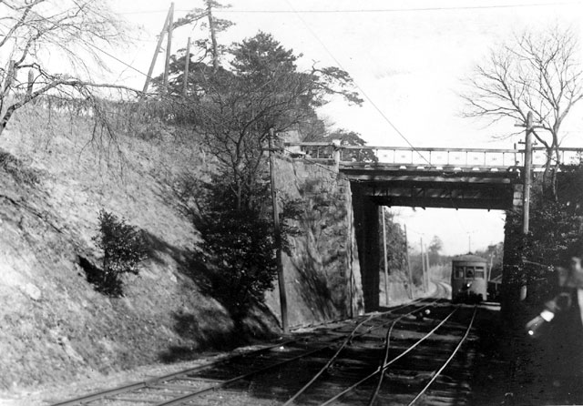 名鉄瀬戸線は明治44年(1911)から昭和51年(1976)まで、名古屋城の外堀の中を走っており、「お濠電車」と呼ばれていた。終点堀川駅に向かって走る電車。 (名古屋都市センター所蔵の原版をデジタルリマスター)