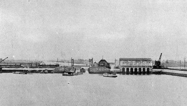 名古屋市は「人口100万人突破」に向けての記念事業として中川運河の整備をおこなった。増大する物流輸送をまかなうため、名古屋港から笹島貨物駅までの既存の河川を改修整備して運河として利用する目的で行われ、昭和5年(1930)に無事竣工した。 (名古屋市市政資料館所蔵の原版をデジタルリマスター)