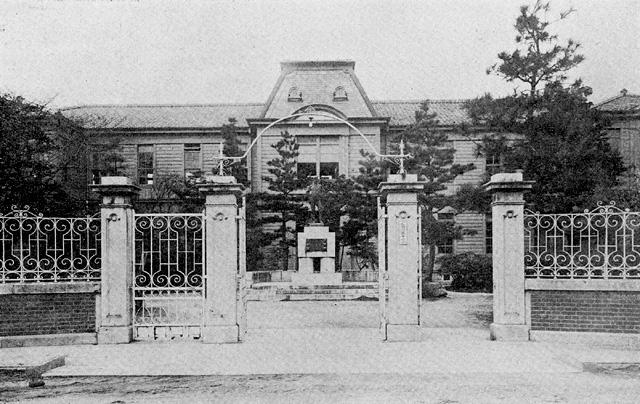 尾張藩の設立した藩校・洋学校を起源とし、明治32年(1899)の学制施行により愛知一中と改称された。 戦後の昭和23年(1948)に旧:第三高等女学校と合併し愛知県立旭丘高等学校となる。