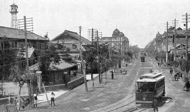 名古屋市役所前を走る路面電車