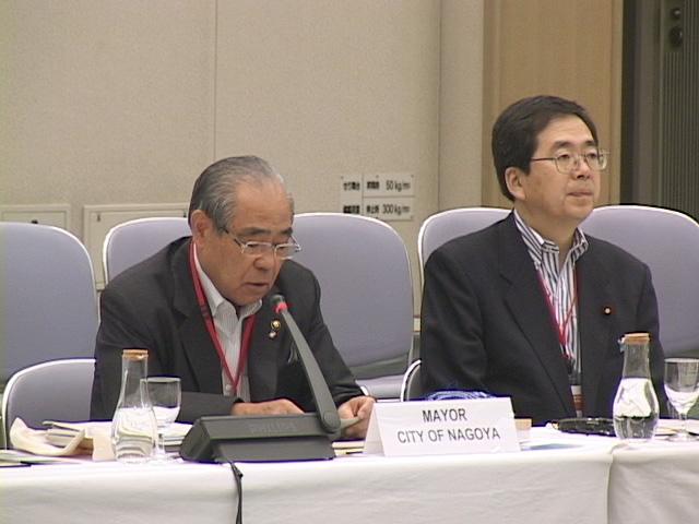 斉藤鉄夫環境大臣(右)とスピーチする松原武久名古屋市長