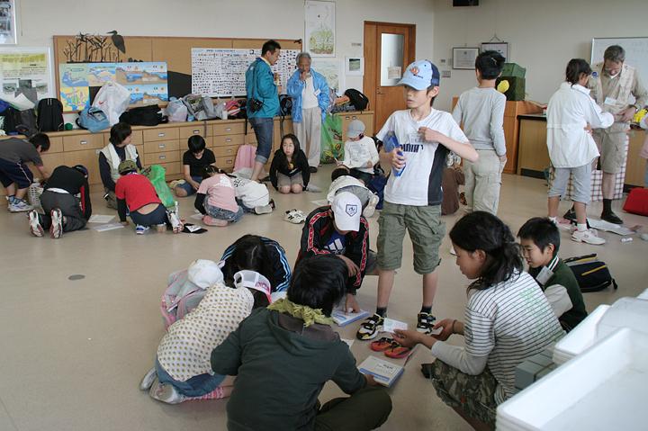 干潟の観察や活動をノーにまとめる子供達