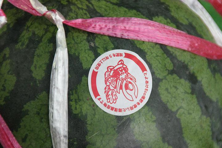 スイカに貼られた赤い「のぶながくん」のシールはEco堆肥5年以上使用