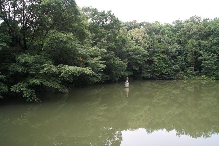 八竜緑地内にある新池. 画面中央にお地蔵さんがいる