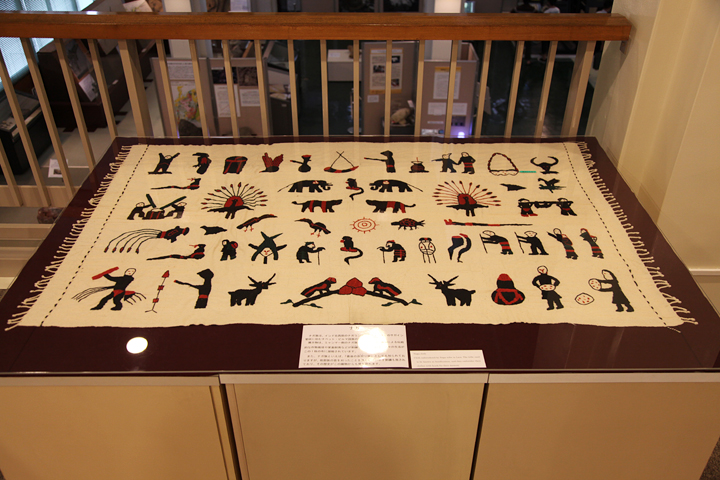 ナガ族の作物栽培や家畜飼育が刺繍で描かれている